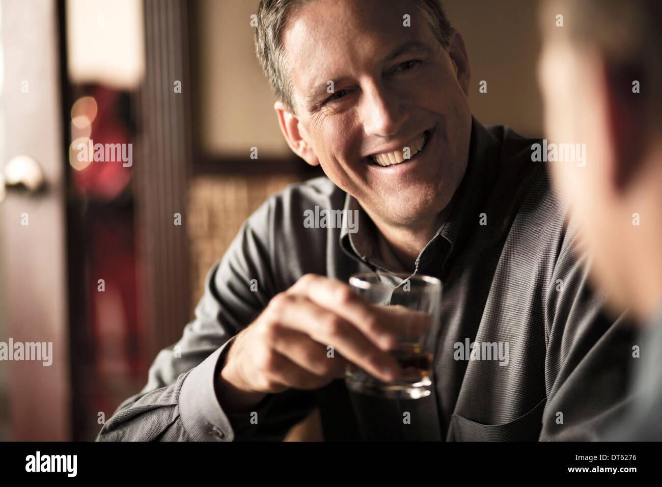 Des collègues d'affaires partage d'un verre au bar à vin Photo Stock