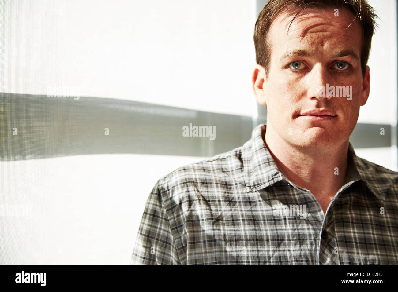Portrait of mid adult man wearing chemise à carreaux Photo Stock