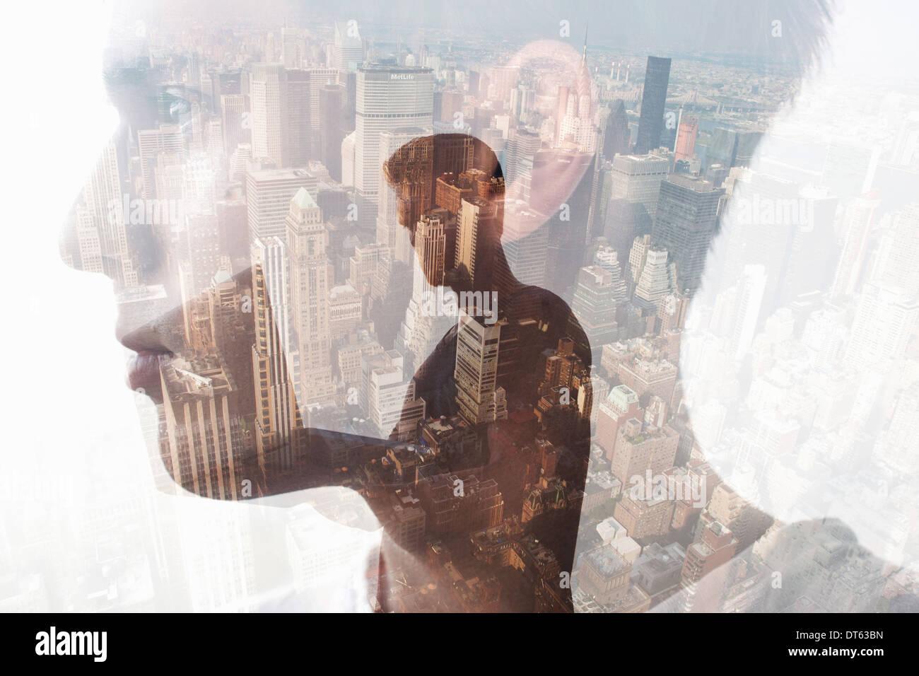 Man avec jeune homme en premier plan, Beijing, Chine Photo Stock