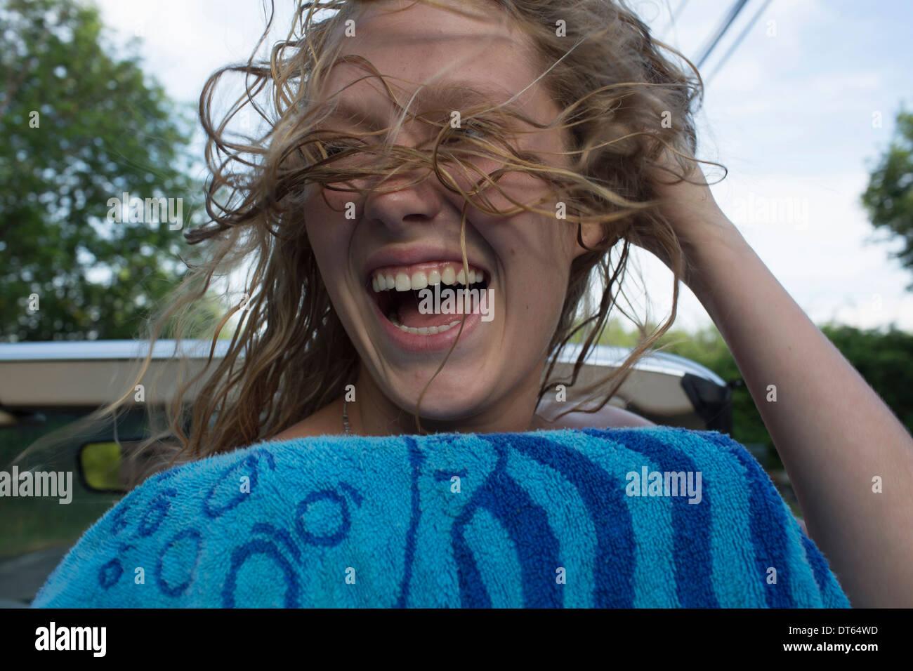 Adolescente exprimer le bonheur et la liberté Photo Stock