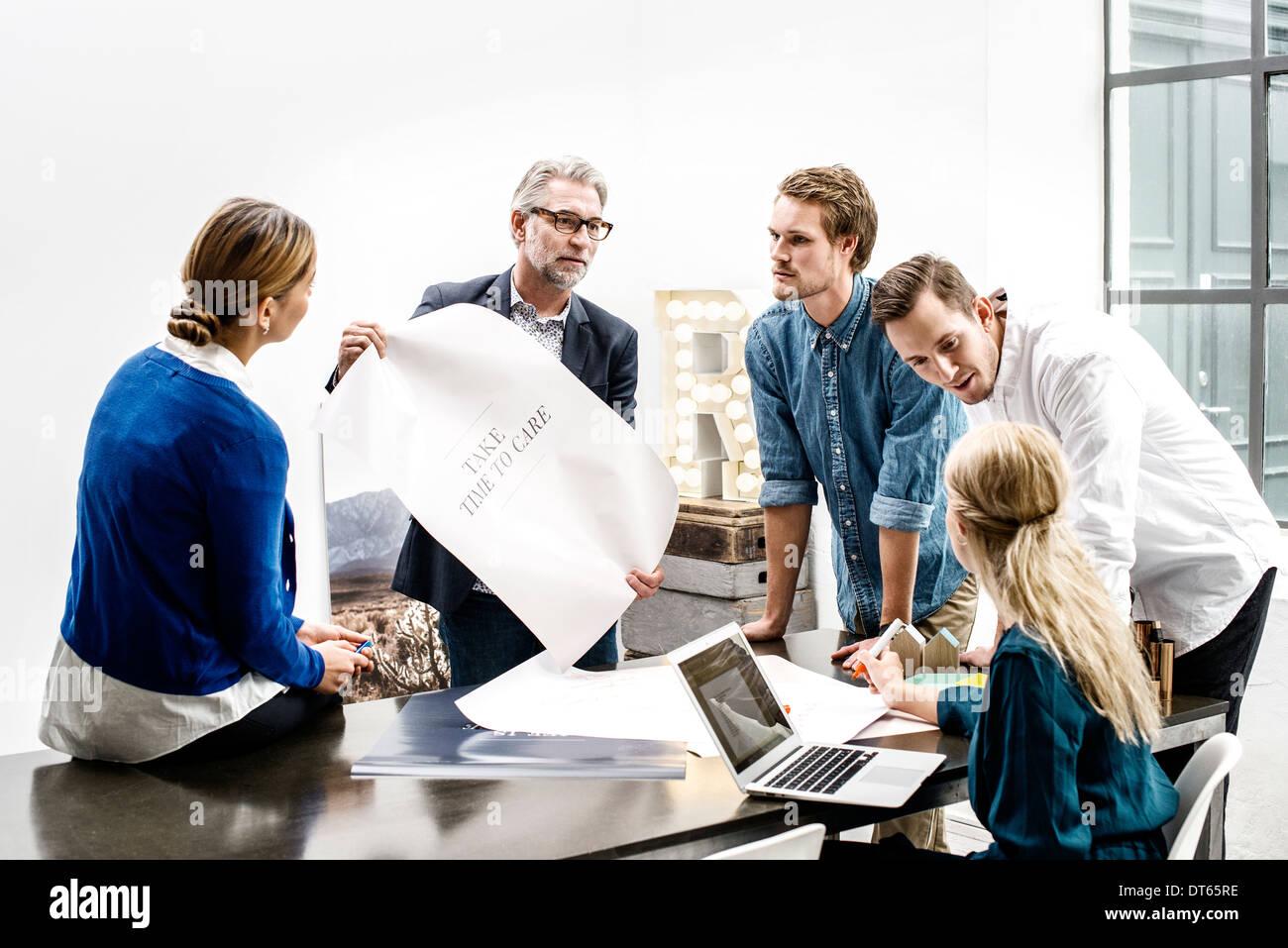 Les gens d'affaires de réunion au bureau Photo Stock