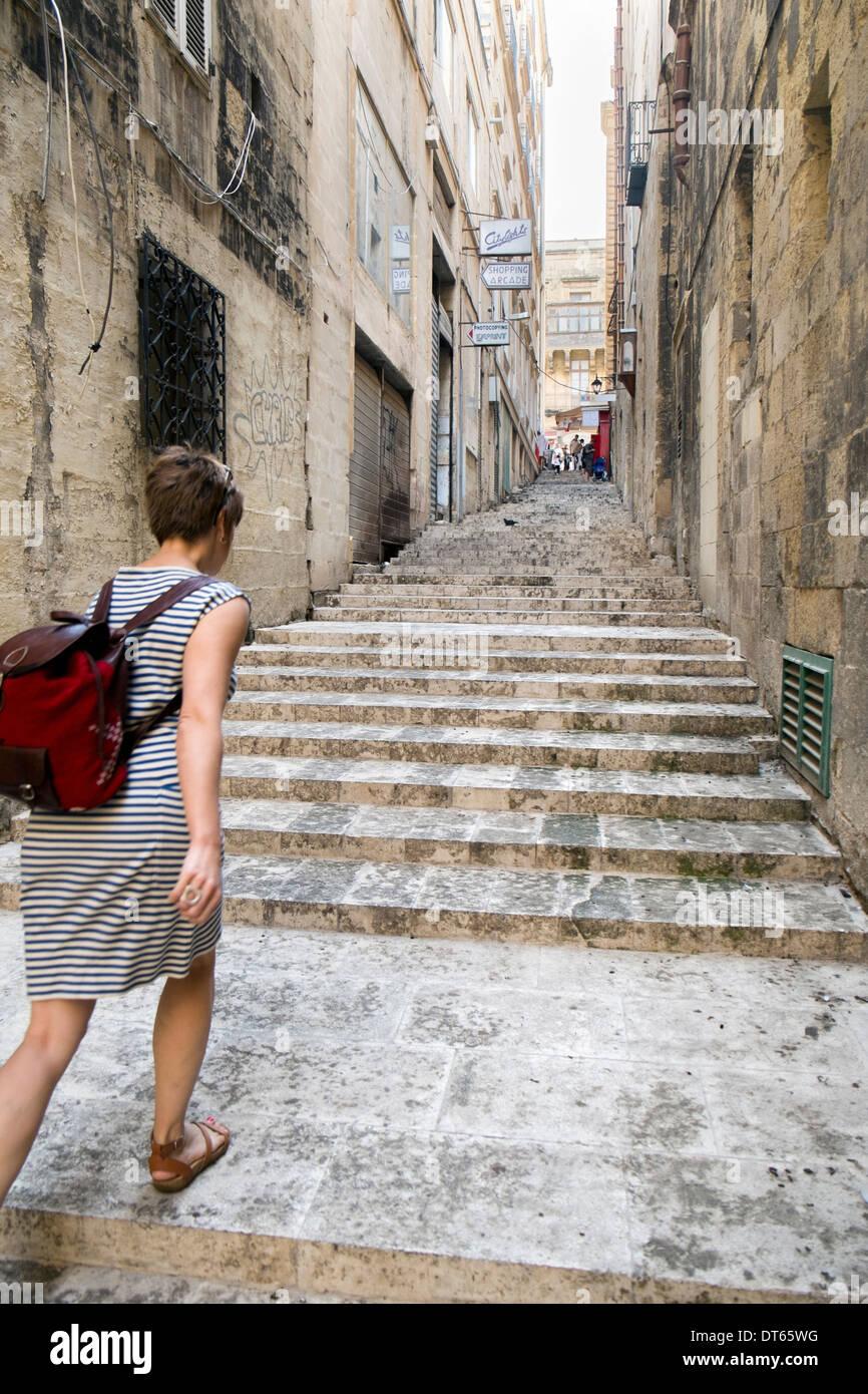 Woman en montant un escalier, La Valette, Malte Photo Stock