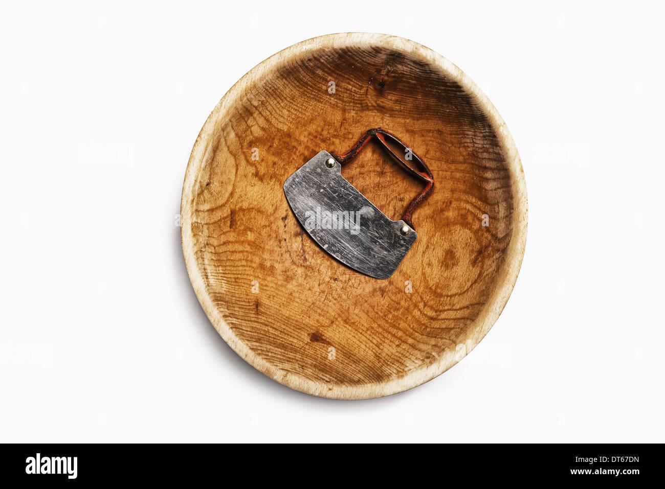 Un bol de broyage en bois bien usé, avec une lame d'acier et poignée. Photo Stock