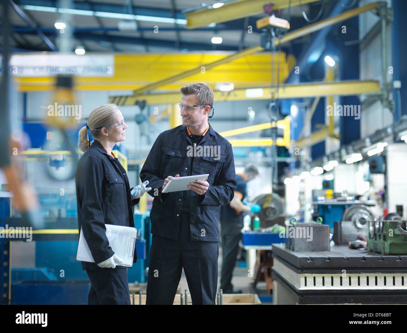 Les travailleurs de l'usine d'ingénierie en discussion Banque D'Images