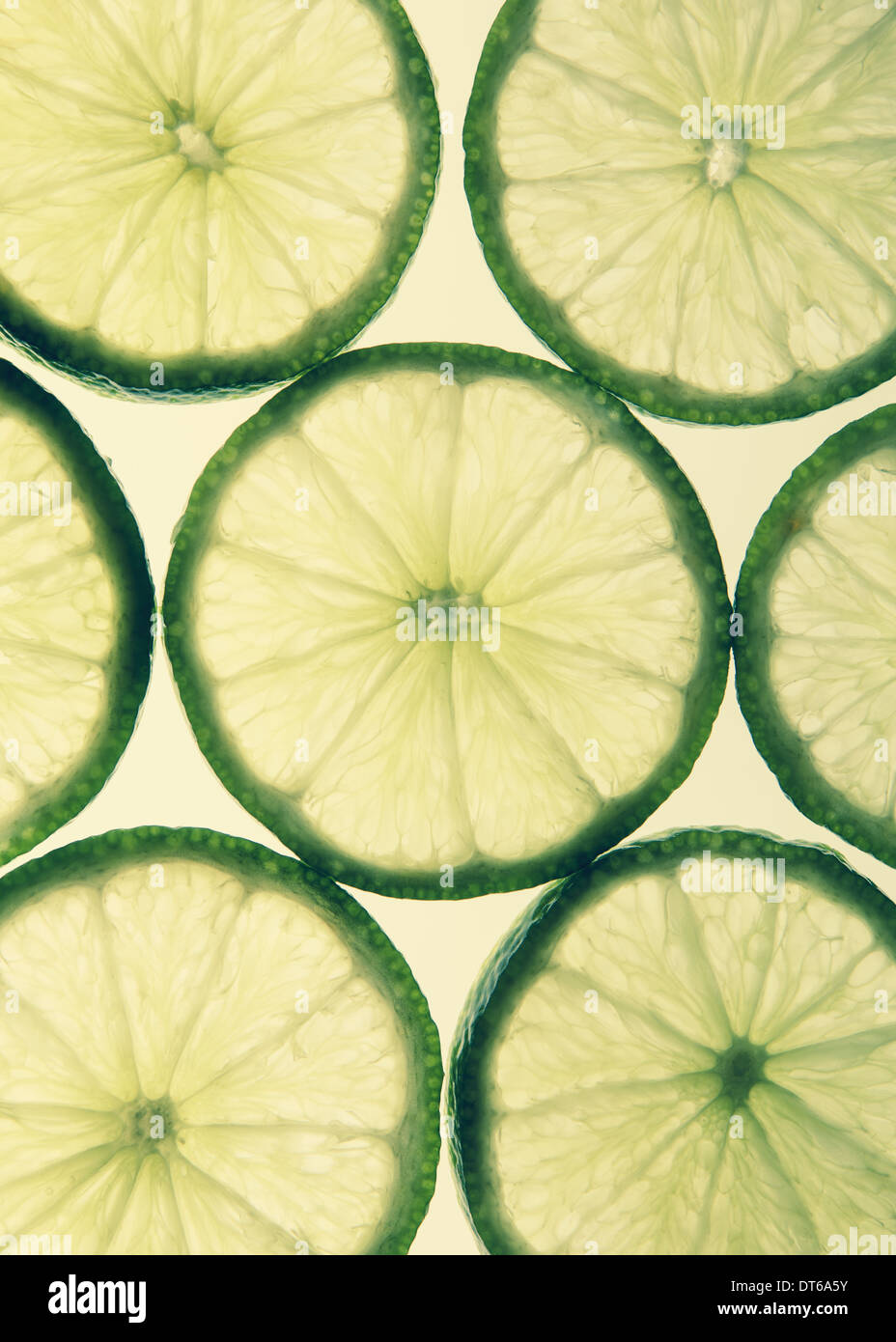 Tranches de lime organique sur fond blanc Photo Stock