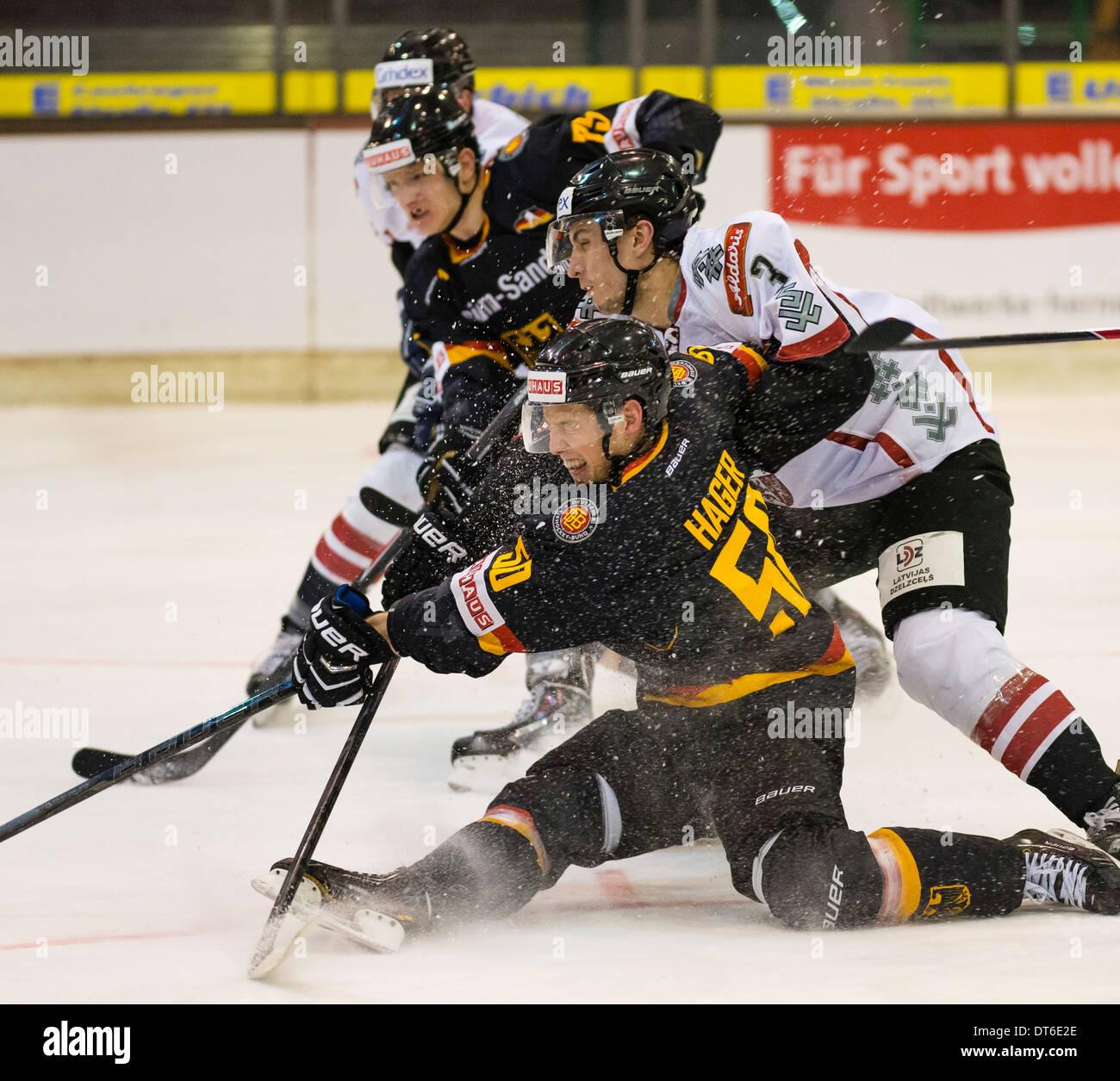 Joueur de hockey sur glace international allemand Patrick Hager, en face, joue pour l'équipe nationale allemande contre la Lettonie. Photo Stock