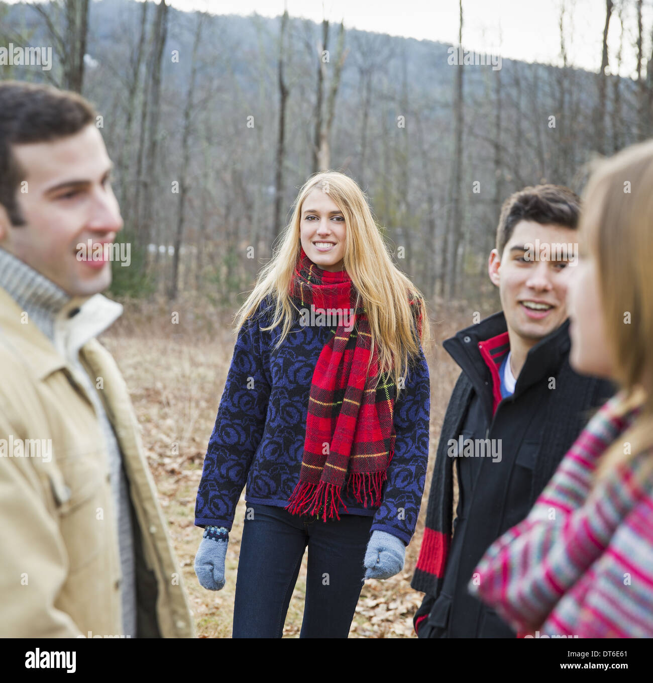 Un groupe de quatre personnes à l'extérieur sur une journée d'hiver. Photo Stock
