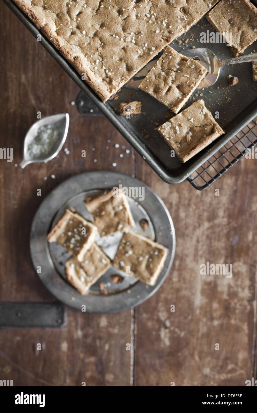 Vue de dessus. Un bac, faire cuire des gâteaux ou biscuits couper en carrés. L'alimentation biologique. Photo Stock
