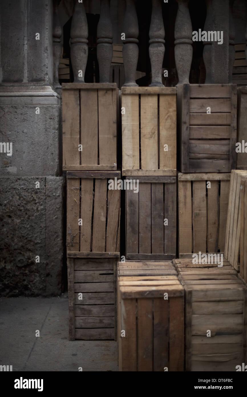 Une pile de caisses en bois, dans le coin d'une pièce. Photo Stock