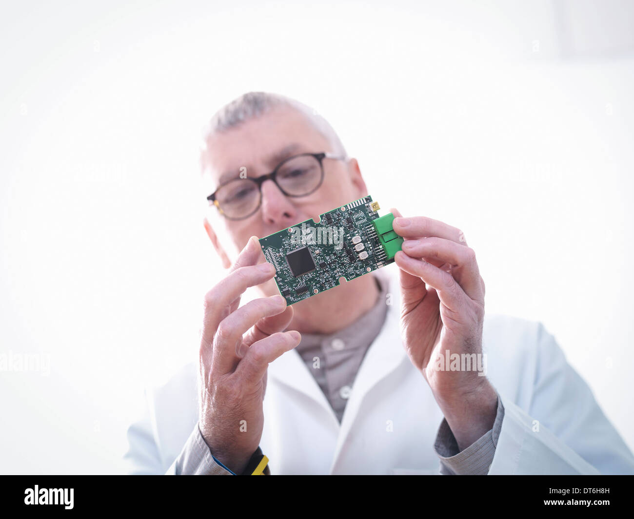 Engineer inspecting circuits électroniques pour l'automobile Photo Stock