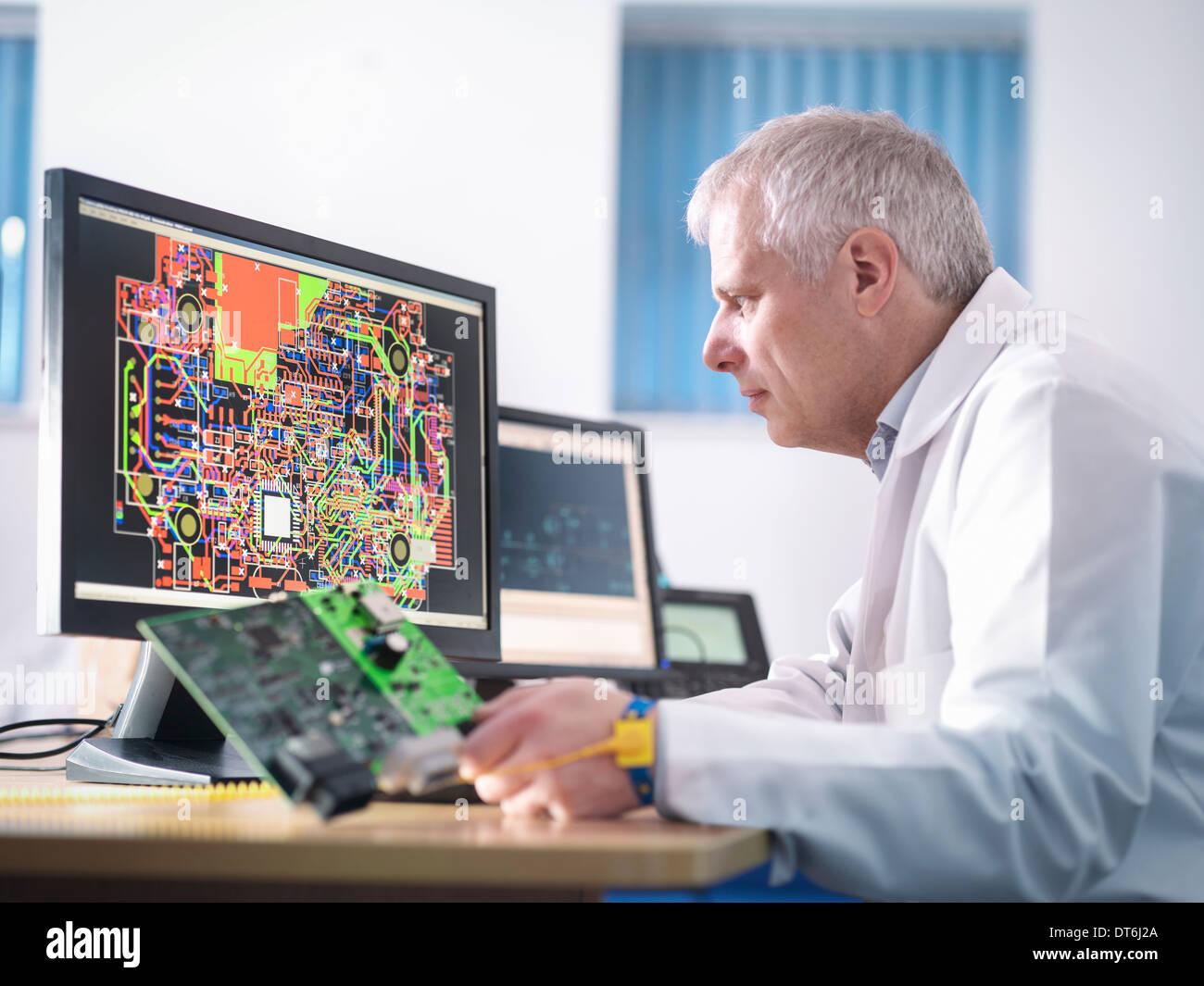 Ingénieur concevant circuits électroniques pour l'automobile Photo Stock