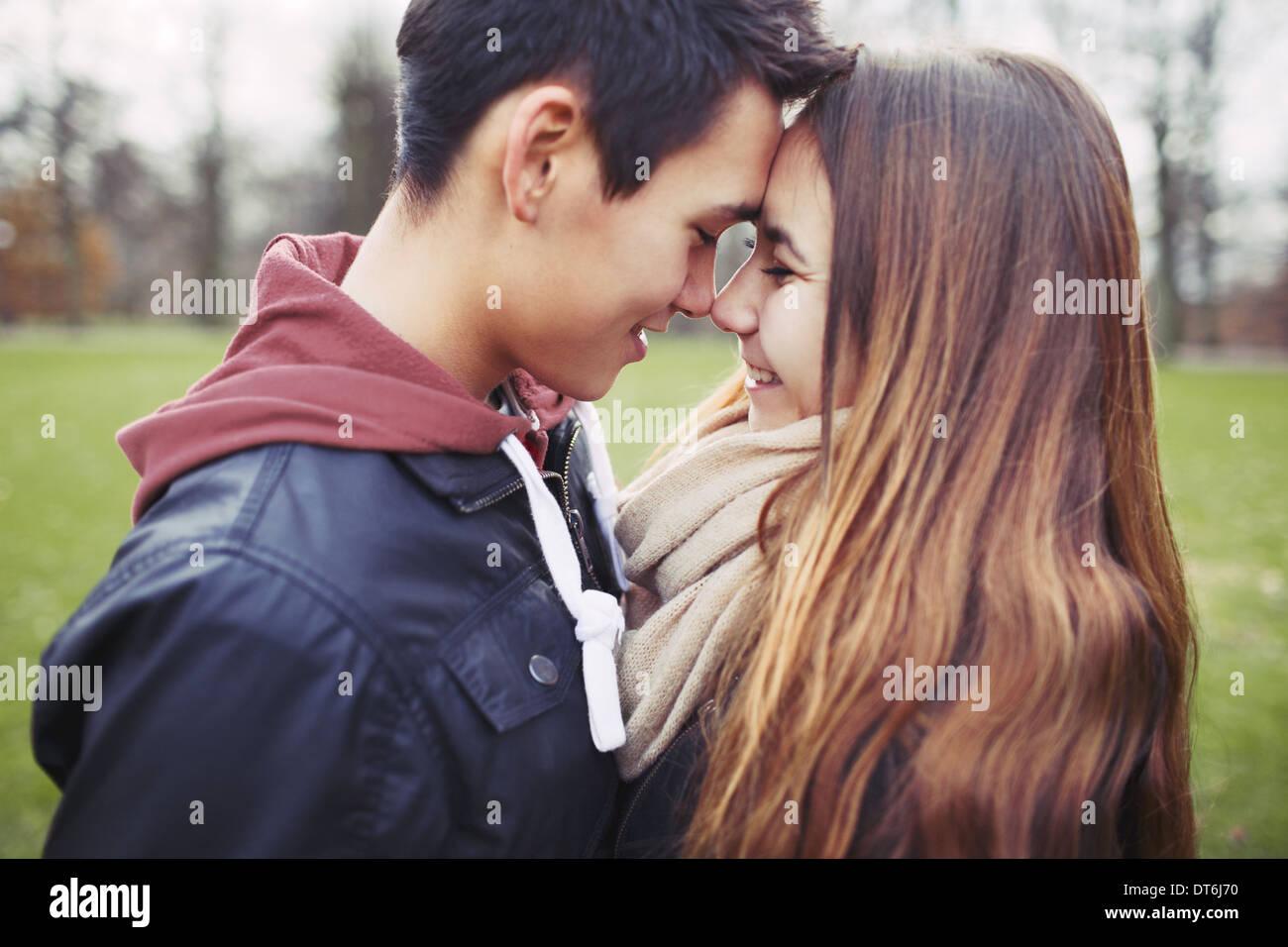 Close up of cute couple dans l'amour de partager un moment spécial. Jeune homme romantique et la femme à l'extérieur dans le parc. Photo Stock