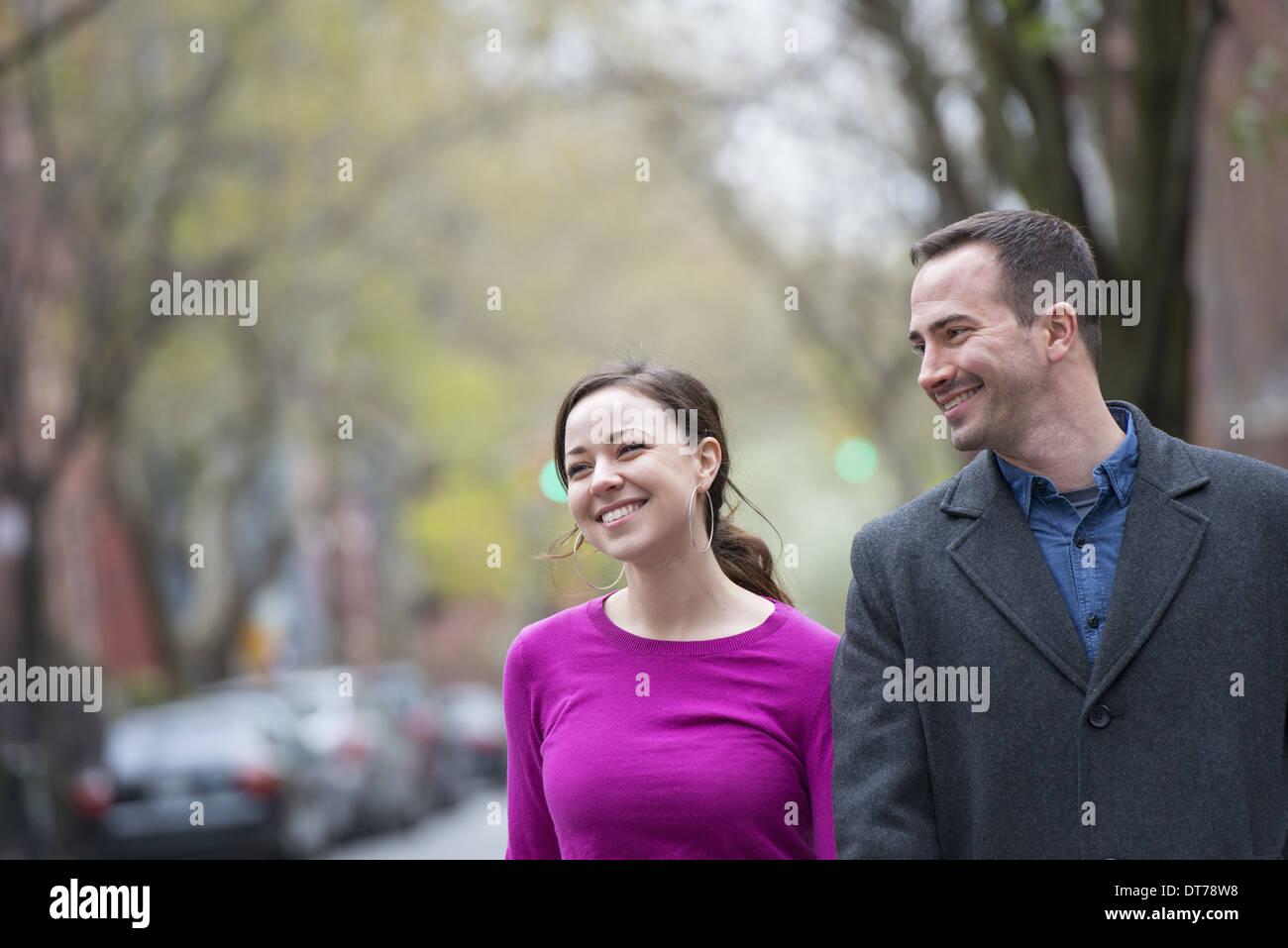 Un couple, un homme et une femme côte à côte sur une rue de la ville. Photo Stock
