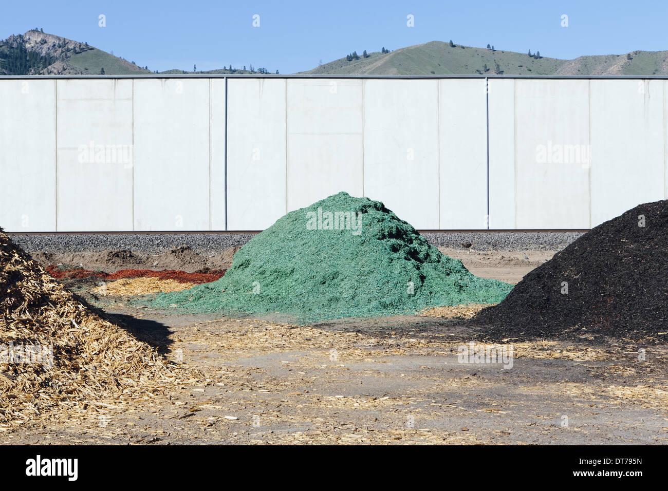 Des piles de l'écorce verte des copeaux de bois utilisés pour l'aménagement paysager, près de Quincy Photo Stock