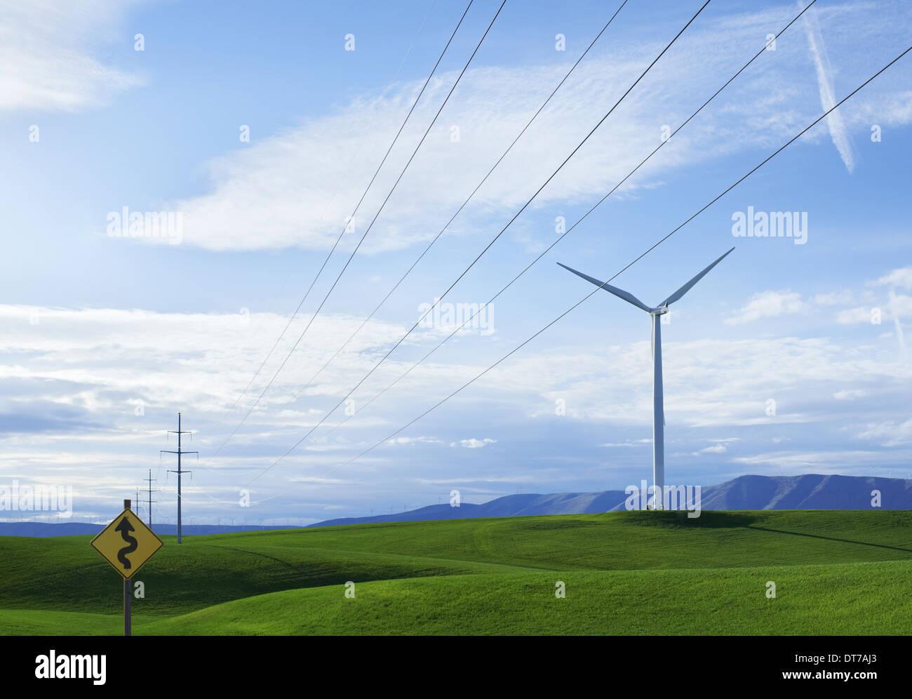 Éoliennes sur une colline herbeuse road sign warning winding road Green la production d'énergie durable Washington USA USA Photo Stock