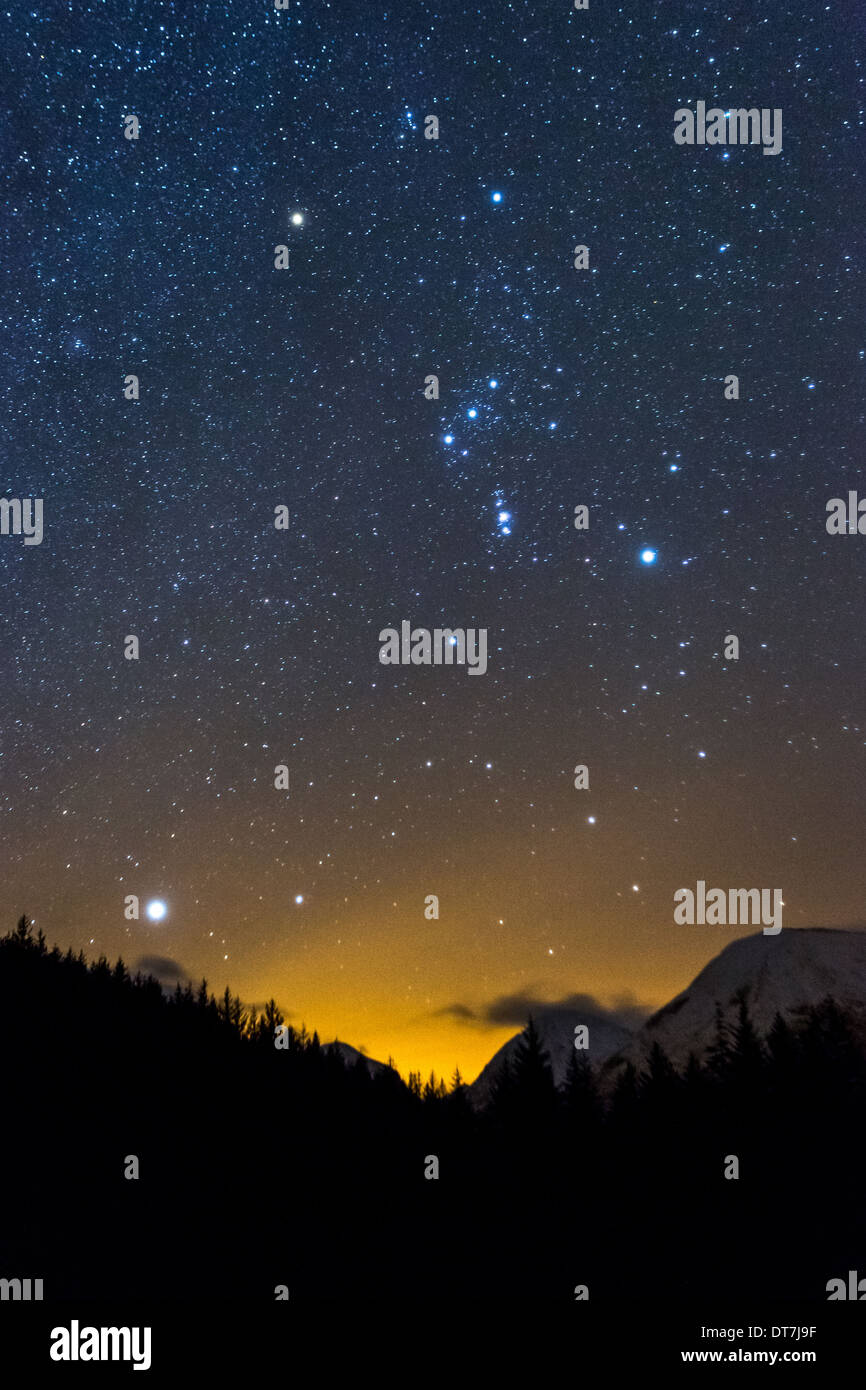 L'astronomie photographie montrant la constellation d'Orion et nébuleuse d'Orion, Sirius, Jupiter prendre à Glencoe Lochan, Scotland UK Photo Stock