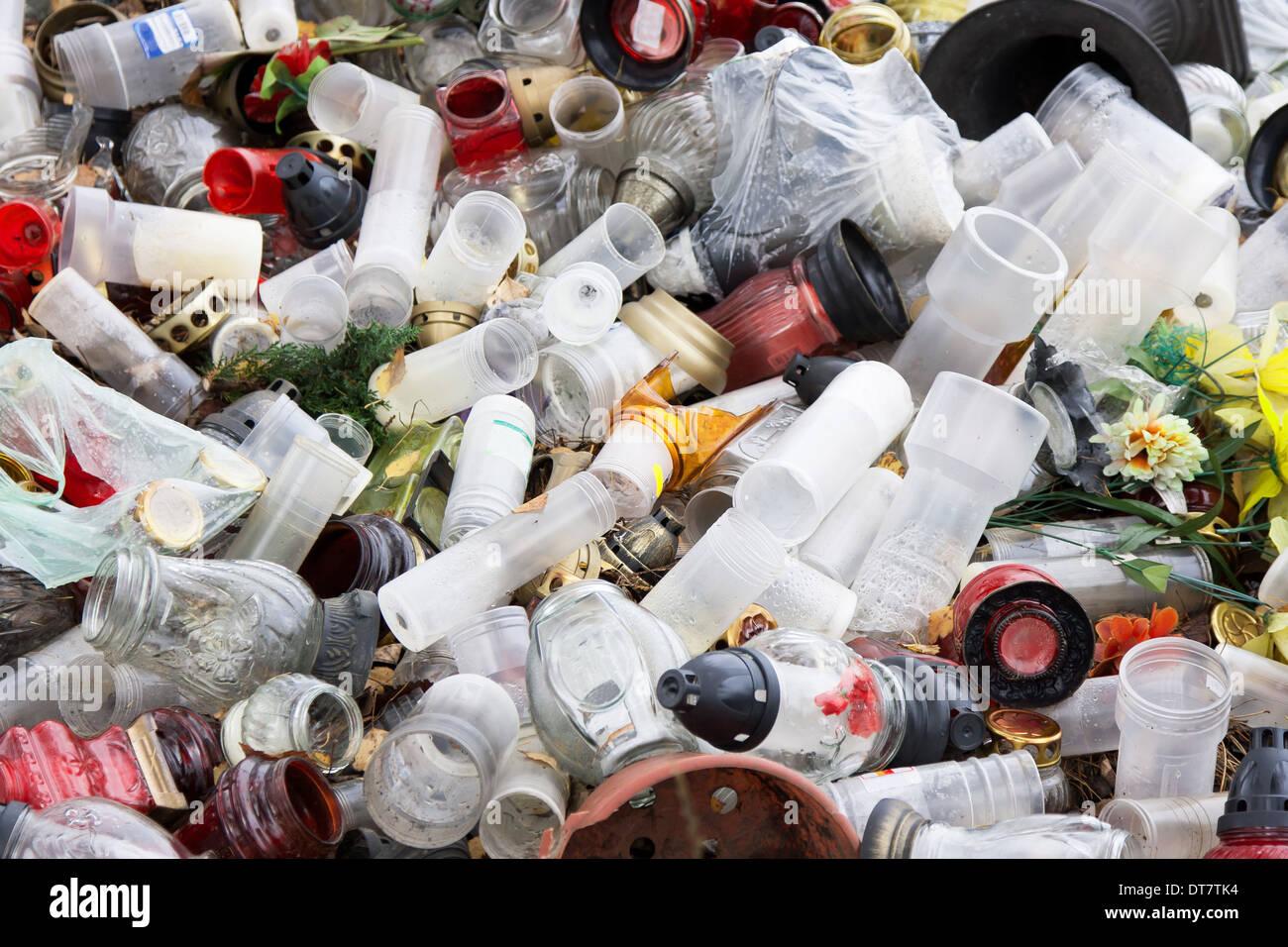 Les déchets de plastique et de verre sur les alentours Photo Stock