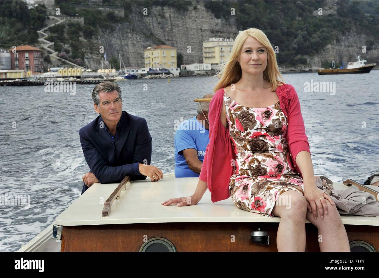 PIERCE BROSNAN, Trine Dyrholm, l'AMOUR EST TOUT CE DONT VOUS AVEZ BESOIN, 2012 Banque D'Images