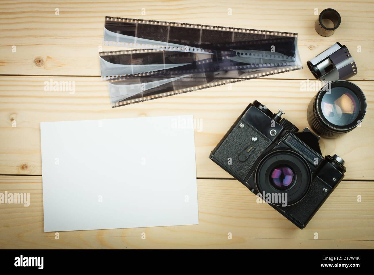 Ancien appareil photo rétro et le rouleau de film sur les planches de bois. Banque D'Images