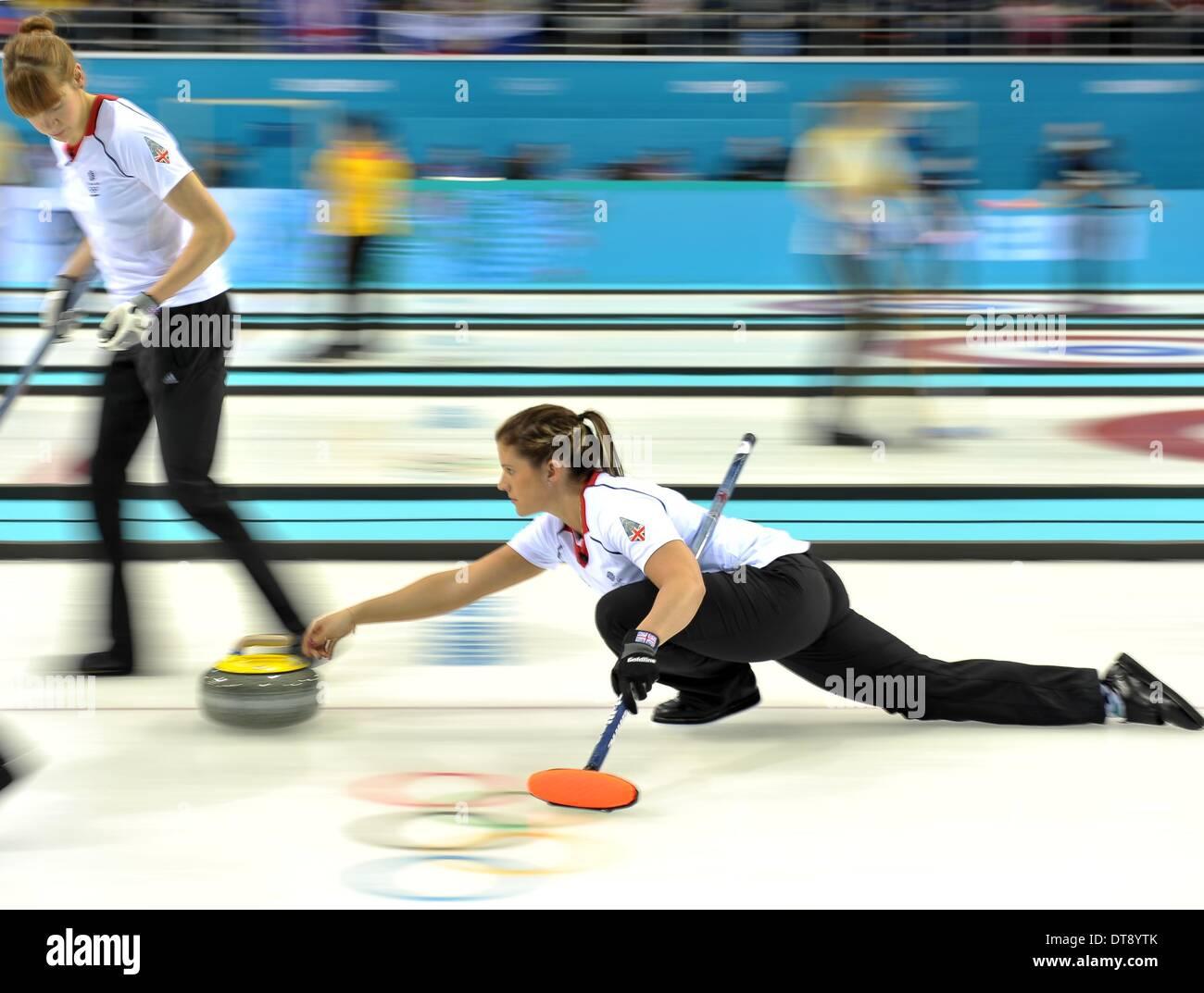 Sochi, Russie. 12 février 2014. Vicki Adams (GBR) pousse au loin avec Claire Hamilton (GBR). Womens curling - Centre de curling Ice Cube - Parc olympique - Sotchi - Russie - 12/02/2014 Credit: Sport en images/Alamy Live News Banque D'Images