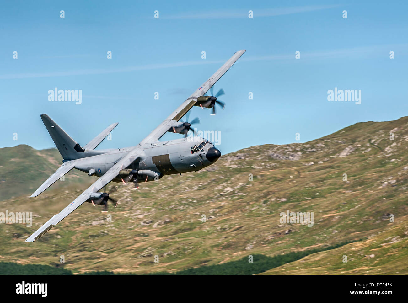 Le C-130 Hercules des aéronefs de transport tactique lowe altitude au nord du Pays de Galles Photo Stock