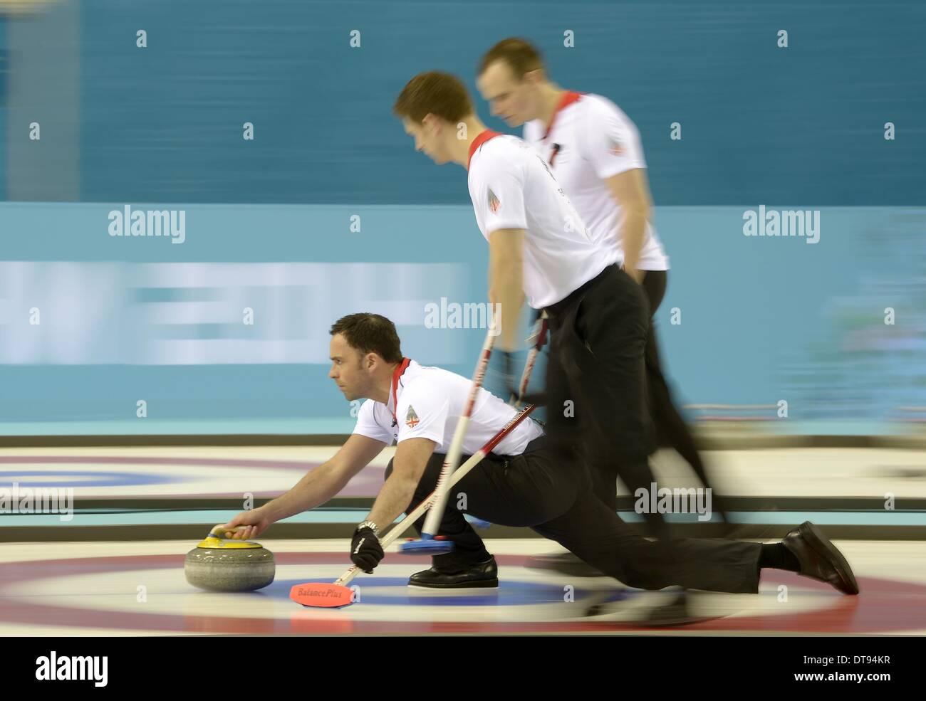 David Murdoch (GBR, skip) pousse au loin avec Michael Goodfellow (GBR, à droite) et Scott Andrews (GBR). Mens curling - Centre de curling Ice Cube - Parc olympique - Sotchi - Russie - 12/02/2014 Banque D'Images