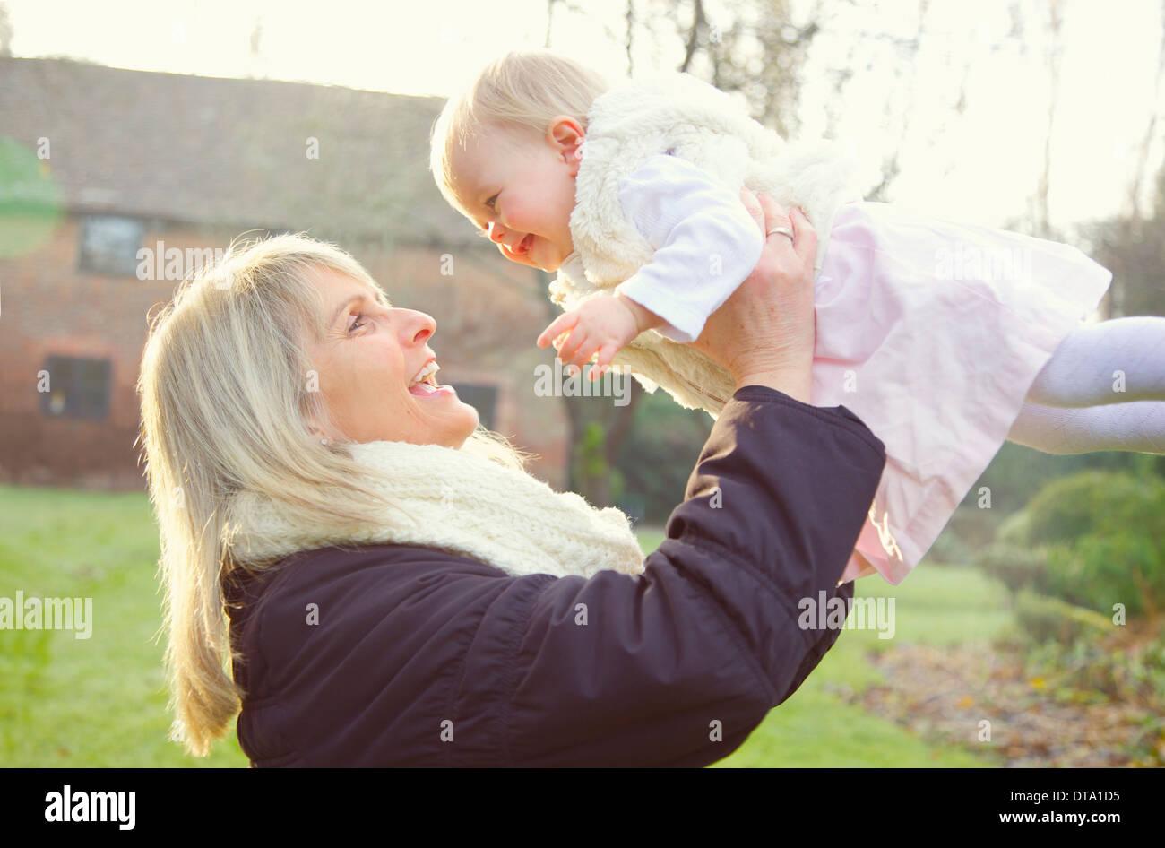 Mère Fille Bébé de levage à l'extérieur Banque D'Images
