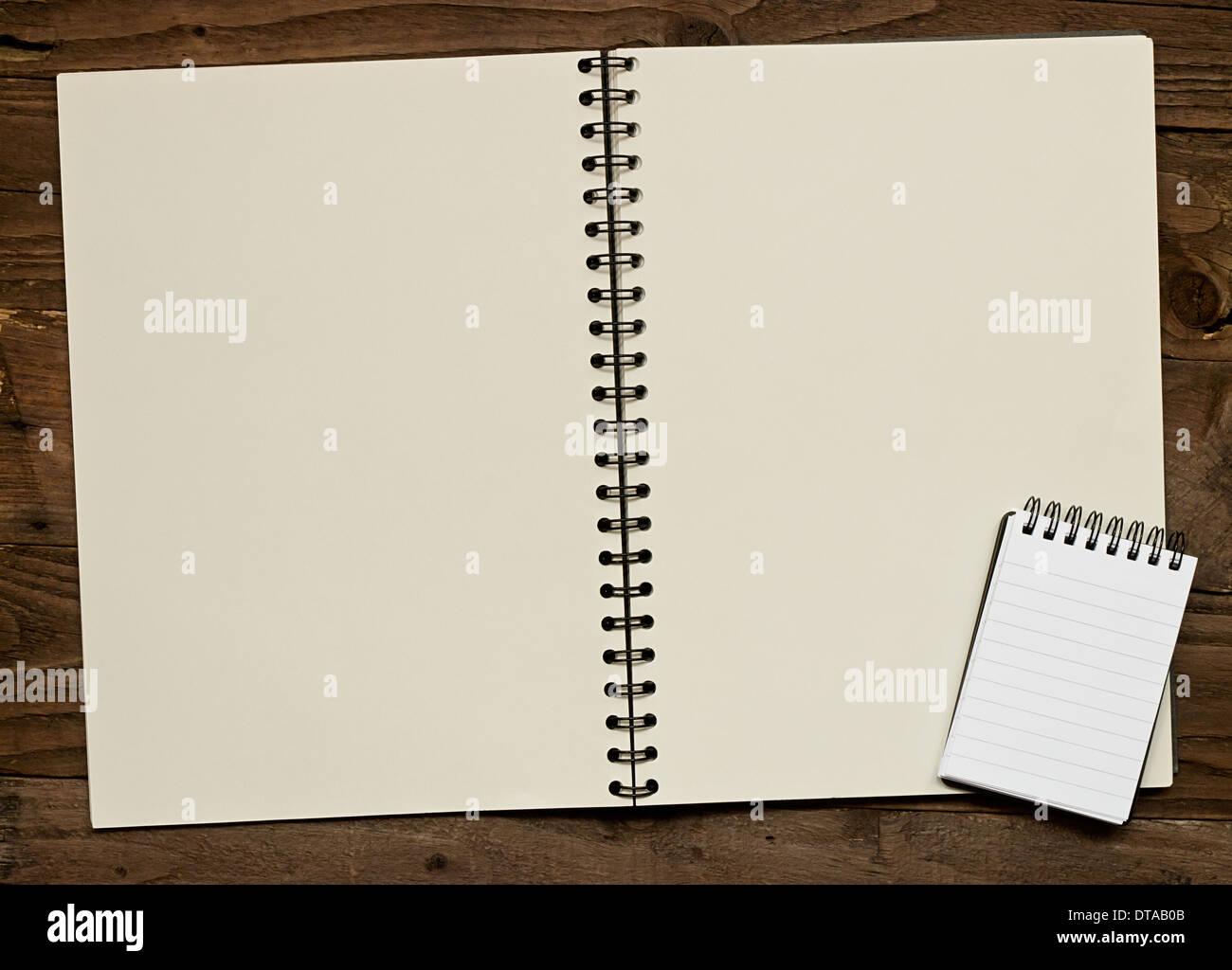 Anneau blanc lié sur un album de fond en bois rustique avec copie espace pour l'insertion de votre message ou éléments de conception. Photo Stock