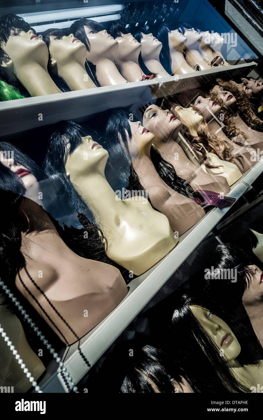 Têtes de mannequin des perruques en vitrine Photo Stock