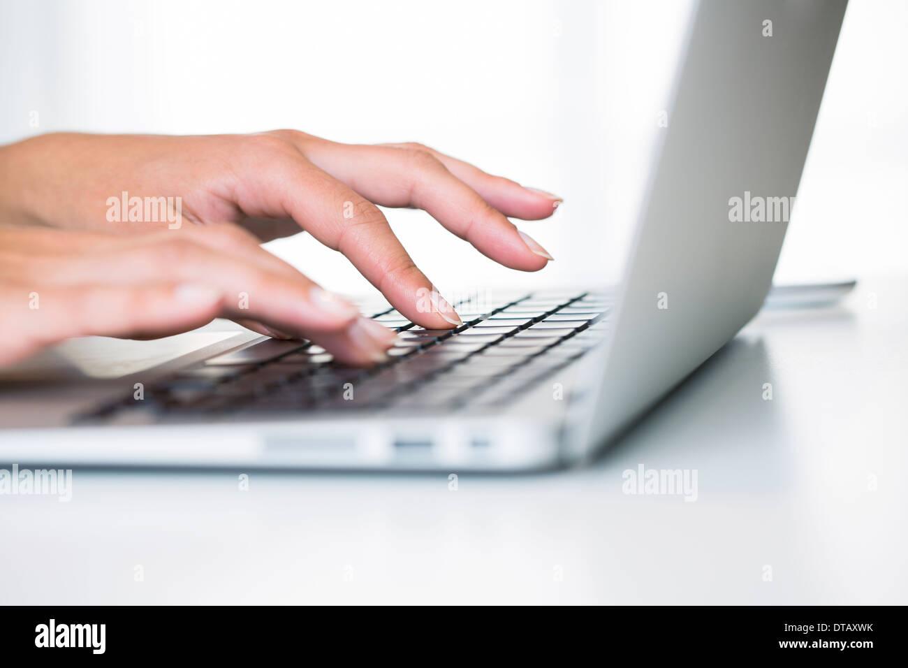 Gros plan sur femme mains de taper au clavier de lordinateur