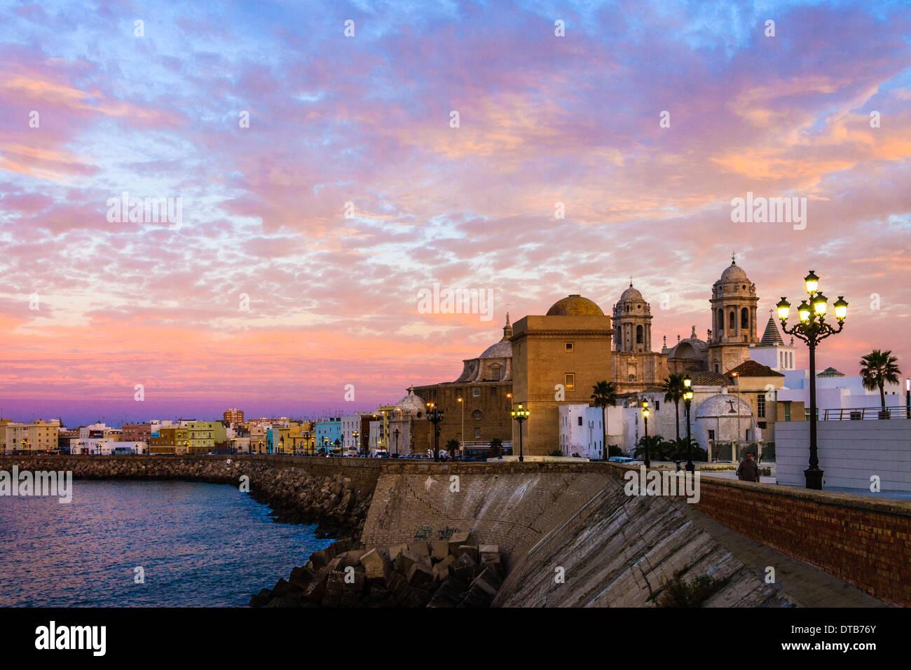 La Cathédrale et la promenade au lever du soleil. Cadix, Andalousie, Espagne Banque D'Images