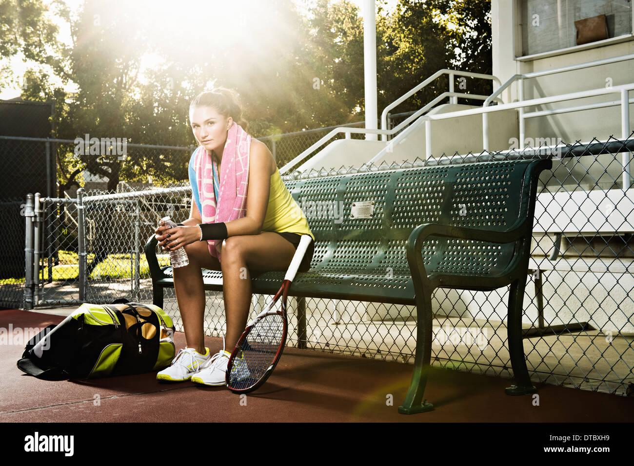 Tennis player sur le banc se reposant Photo Stock