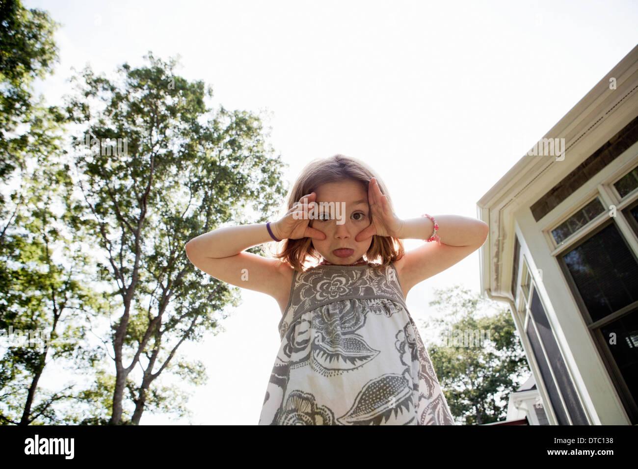 Portrait de jeune fille tirant un visage Banque D'Images