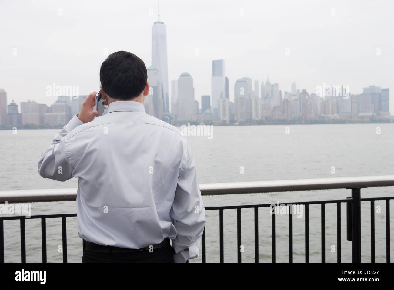 Businessman using cellular phone, Hoboken, New Jersey, USA Banque D'Images