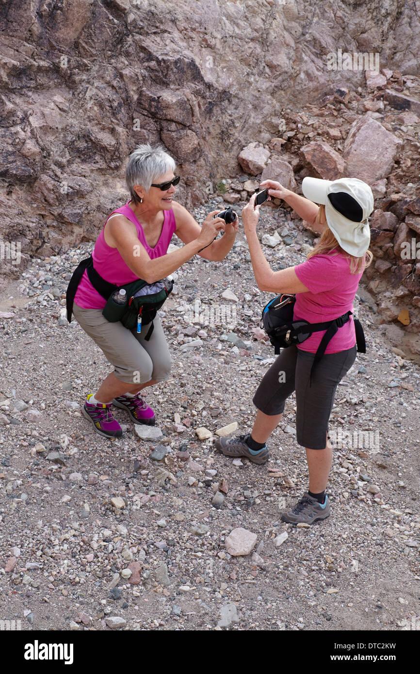 Deux hauts femme randonneurs photographier chaque autres Photo Stock