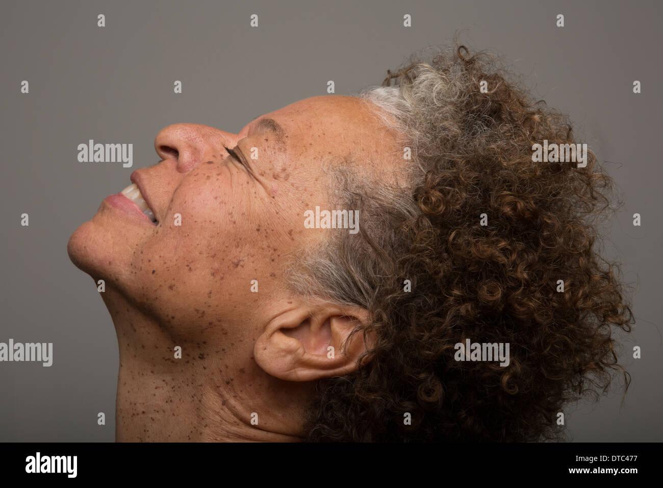 Close up portrait of senior woman avec tête en arrière et les yeux fermés Photo Stock