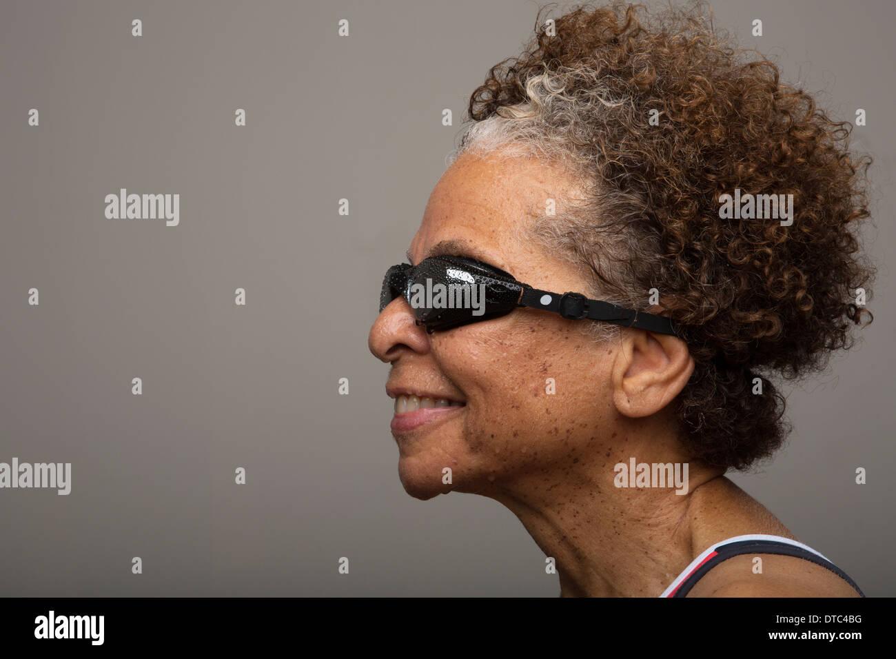 Studio portrait of senior woman in lunettes de natation Photo Stock