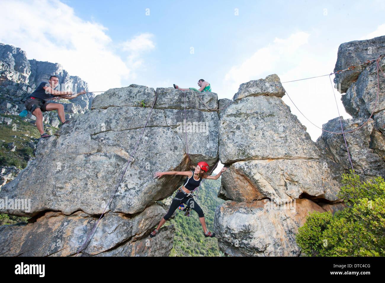 Trois grimpeurs grimper rock formation Banque D'Images