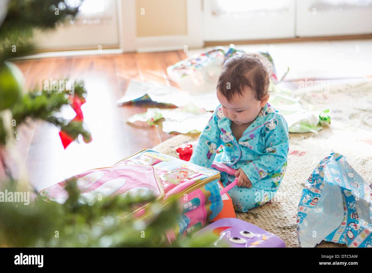 L'ouverture des cadeaux de noël bébé fille Photo Stock