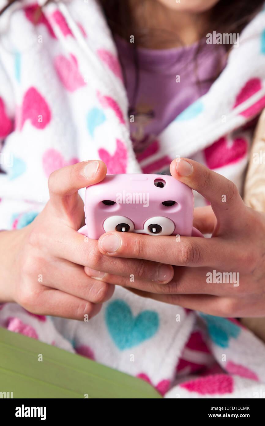Adolescente sur son smart phone-close-up Photo Stock