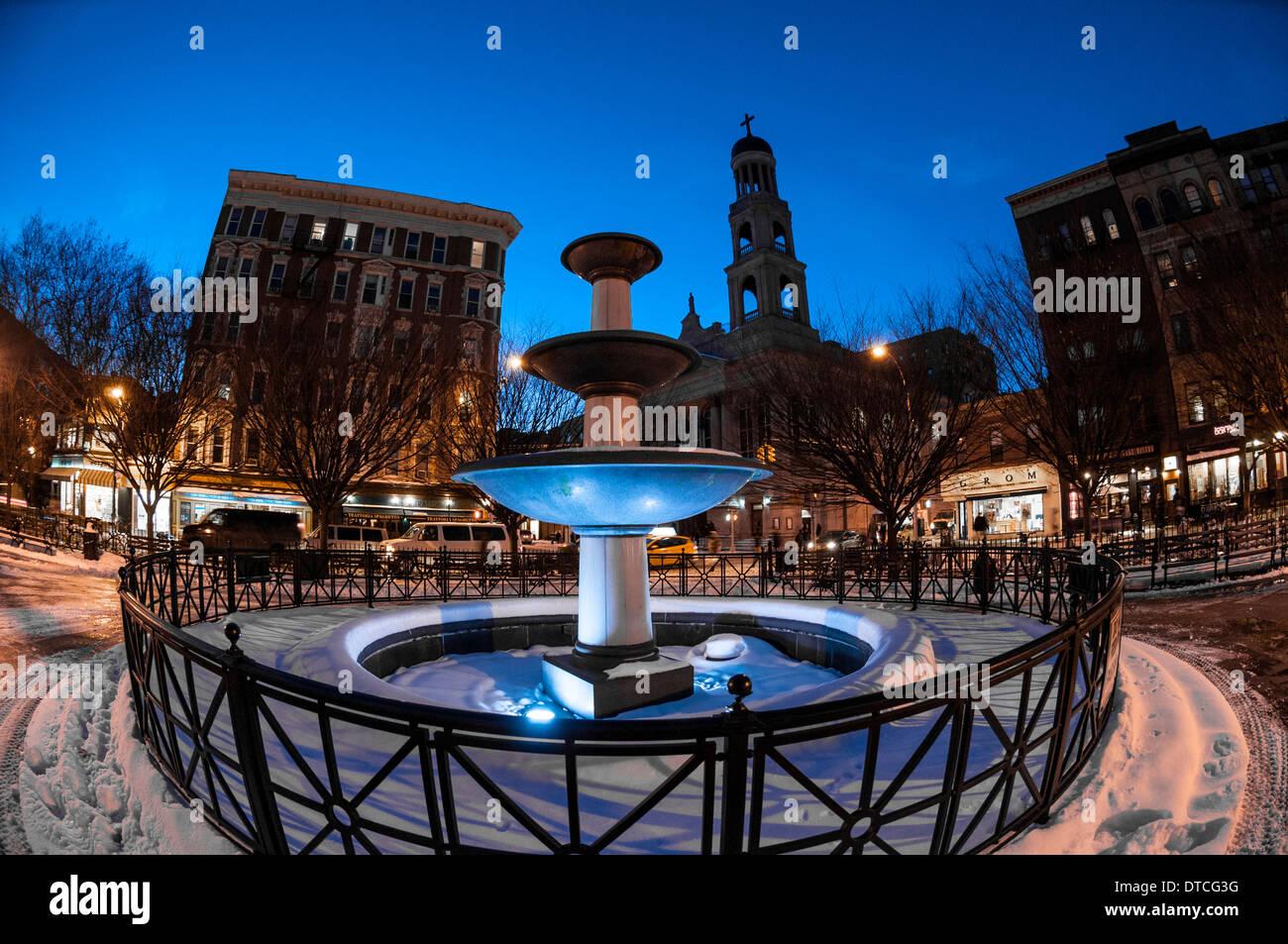 New York, NY 22 Janvier 2014 - fontaine couverte de neige en père Demo Square à Greenwich Village Photo Stock