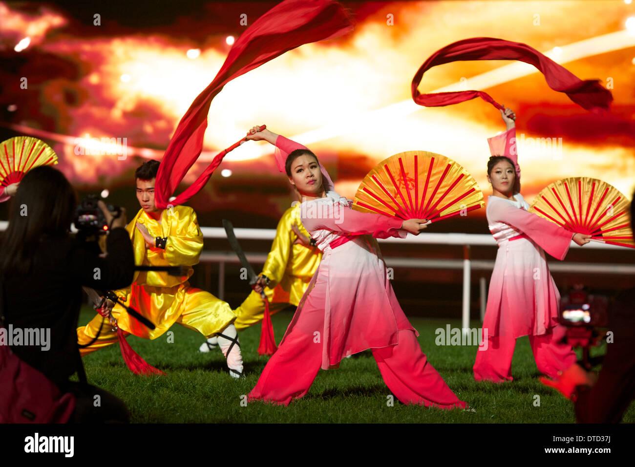 Les spectacles de danse chinoise à l'Hippodrome de Meydan pour célébrer l'année chinoise du cheval Photo Stock