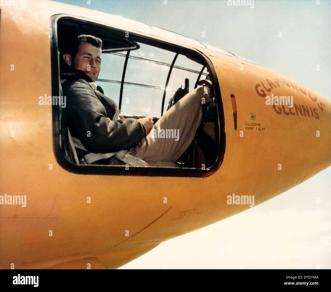 Le pilote d'essai de l'US Air Force le Capitaine Chuck Yeager assis dans le cockpit de Glamorous Glennis Bell X-1 de l'aéronef qui a brisé le mur du son le 26 septembre 1947 à Palmdale, Californie. Photo Stock