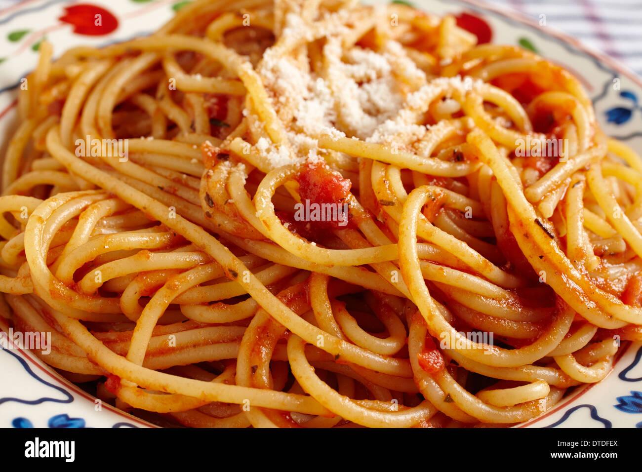 Spaghetti à la sauce tomate et fromage râpé Photo Stock