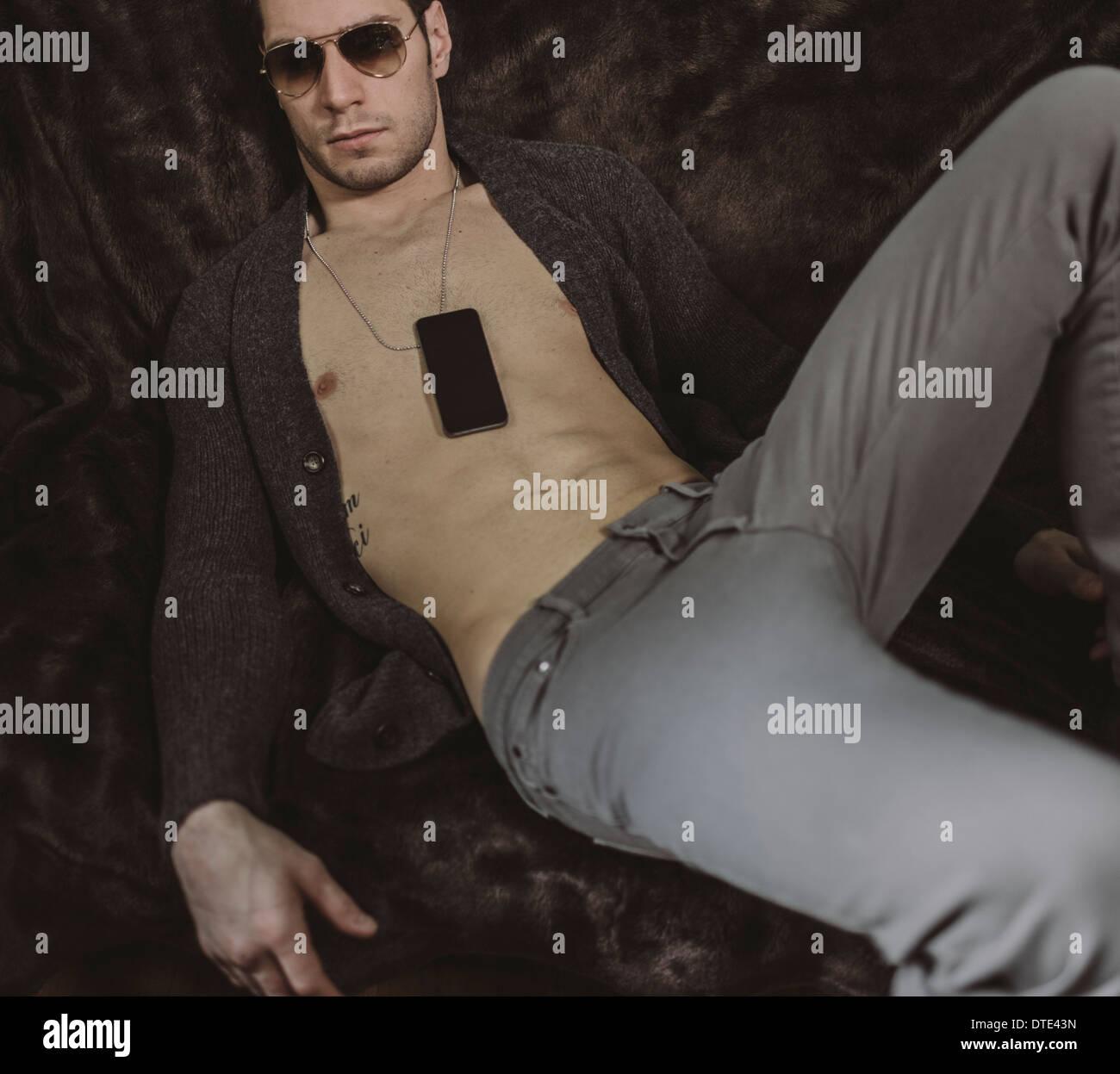 Partie d'une série montrant différentes façons on est porteur d'un smartphone, suspendu à une chaîne de cou Photo Stock