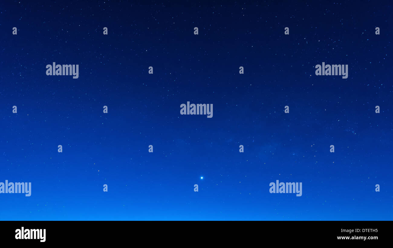 Dans le ciel bleu nuit étoilé scène temps avec voie lactée haute iso Photo Stock