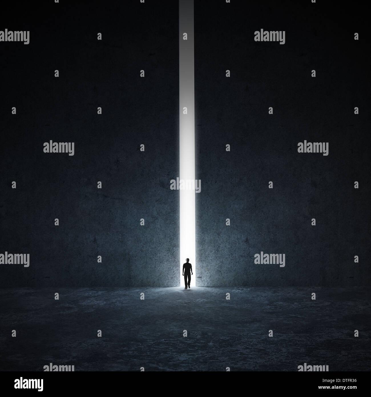 Une personne seule marche à travers un passage étroit Photo Stock