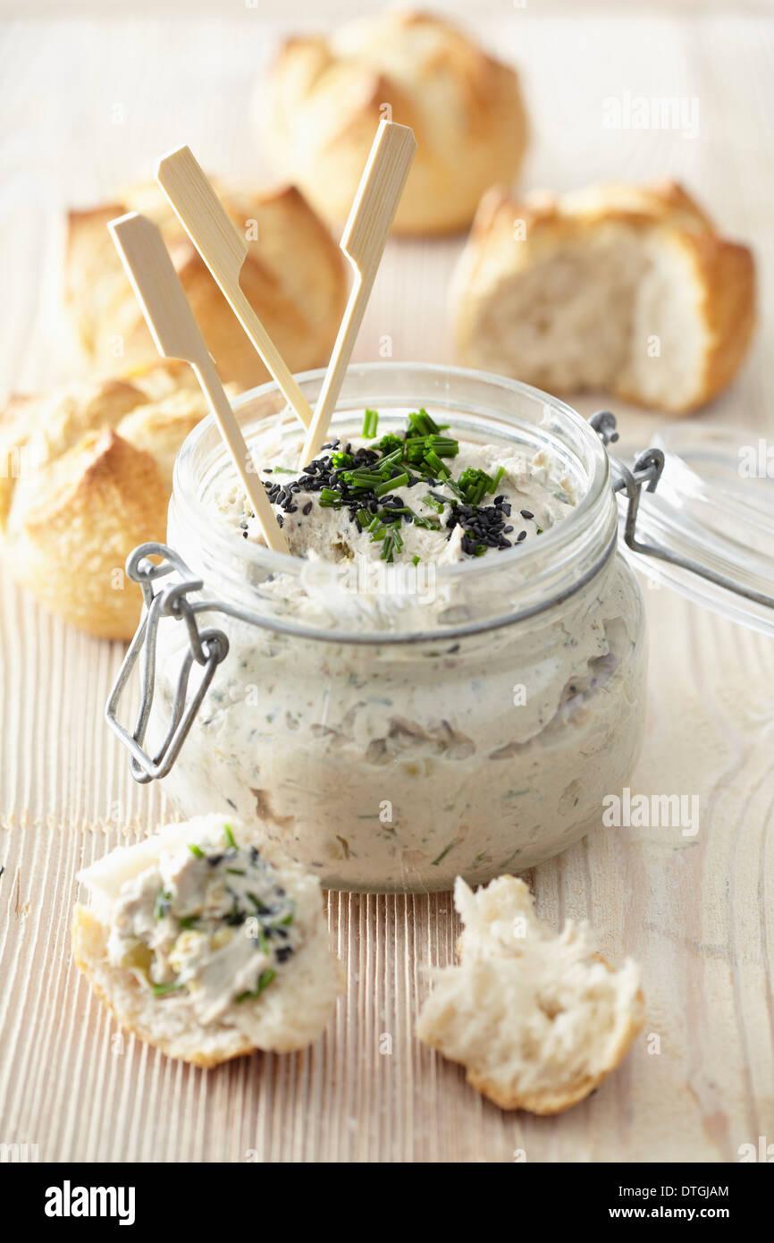 Les sardines, le fromage frais et la propagation d'olive Photo Stock