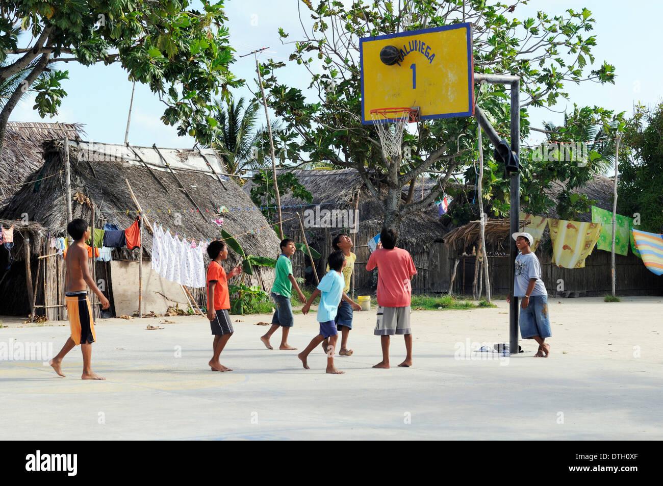 Les enfants jouer au basket-ball dans un village indien Kuna, Nalunega, îles San Blas, Panama Photo Stock