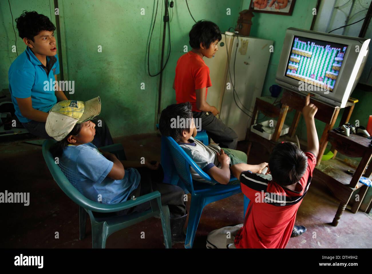 Jeunes garçons jouent au jeu vidéo, San Ramon, Nicaragua Photo Stock